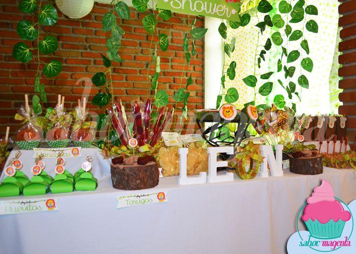 Mesa de dulces para celebrar el baby shower de l on for Como decorar mesa de postres para baby shower