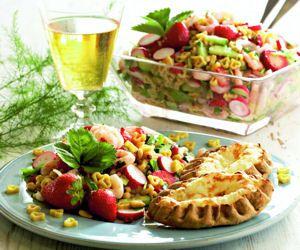 Mansikkainen Pasta-Rapusalaatti on oiva juhlapöydän tarjottava.