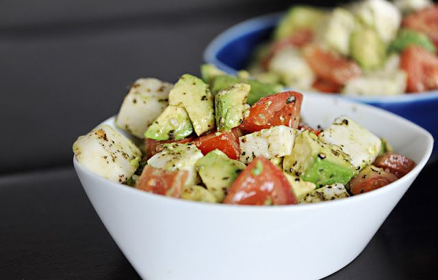 Bearwithmeee: Avocado Tomato Mozzarella Salad