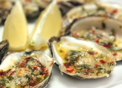 Oysters with Spicy Garlic Butter.Seafood Clams, Appetizers Start, Food Seafood Fish, Fish Seafood Shellfish, Appetizers Lights, Spicy Garlic, Garlic Butter, Food Treats, Oysters Appetizers