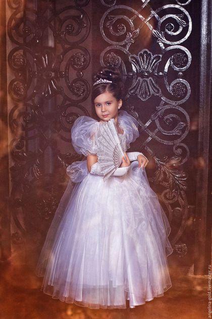 Купить или заказать Бальное платье для девочки в интернет-магазине на Ярмарке Мастеров. Для настоящей Принцессы - настоящее платье! Шикарное платье из органзы и атласа, расшитое французским кружевом, бисером и пайетками, в комплекте перчатки-митенки. Корсет на шнуровке, юбка пристегивается к корсету (регулировка длинны на 5 см!) Платье одевается на подьюбник в два кольца. Возможен пошив аналогичного платья любого цвета, ткани дистанционно согласовываются.