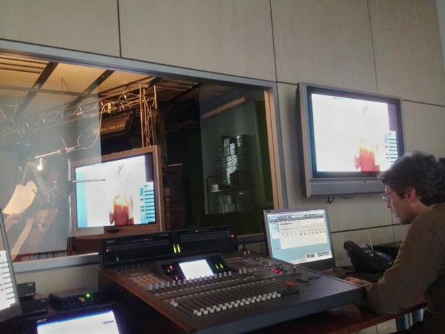 Ponemos a tu disposición salas de edición de vídeo, estudio de sonido y plató propio en nuestras mismas instalaciones.  //  Posem a la teva disposició sales d'edició de vídeo, estudi de so i plató propi a les nostres mateixes instal·lacions.