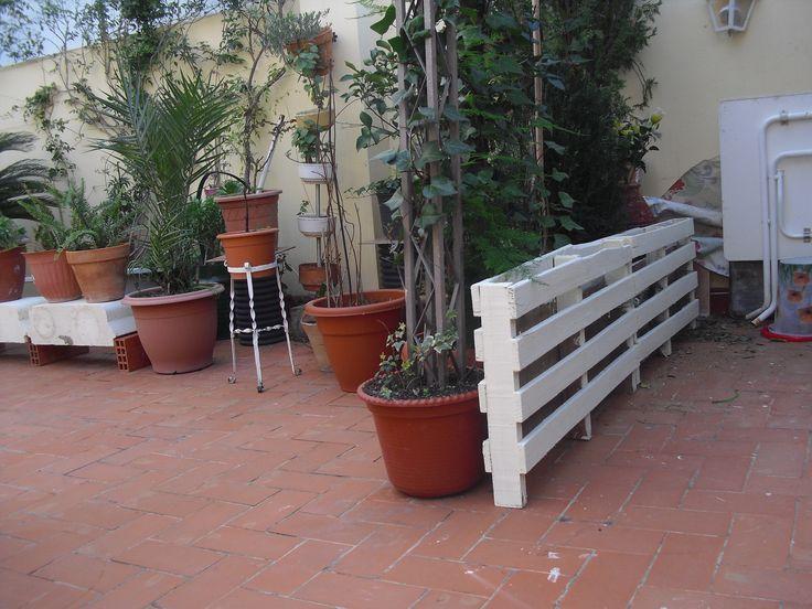 Hacer una valla con 2 pales. Lijar bien las astillas y luego pintar con una selladora y finalmente con pintura blanca.