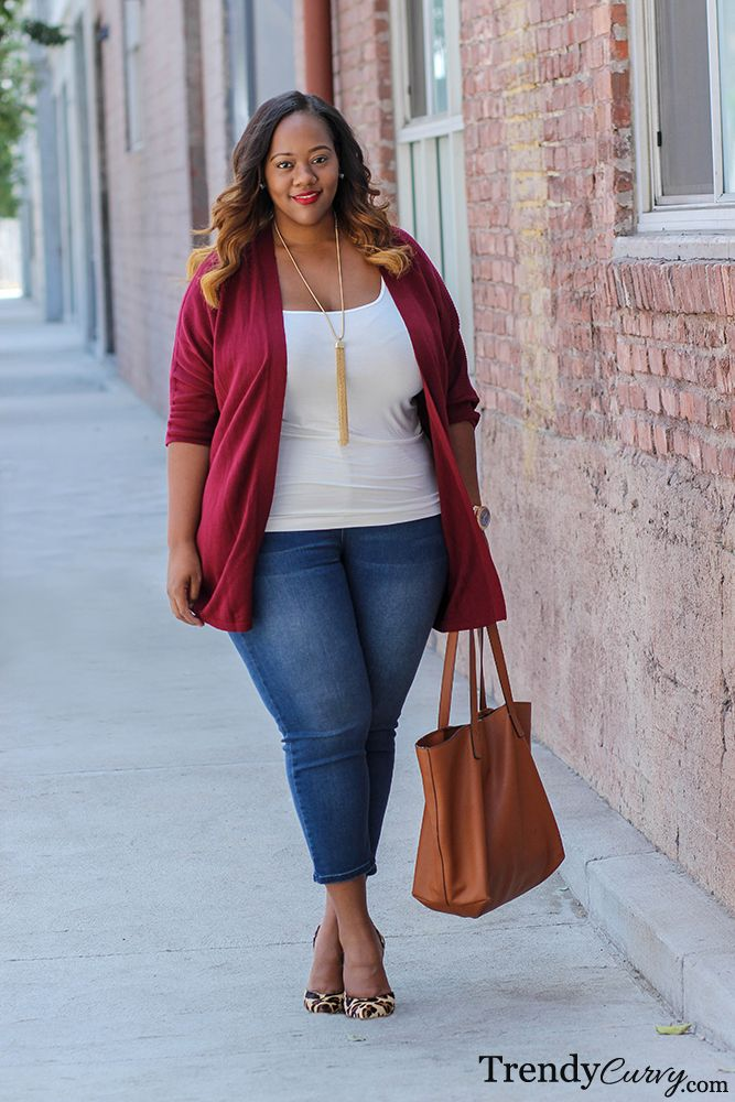 The wine color of the cardigan in perfect for fall and completes an otherwise simple outfit made with items that we all have in our wardrobe.