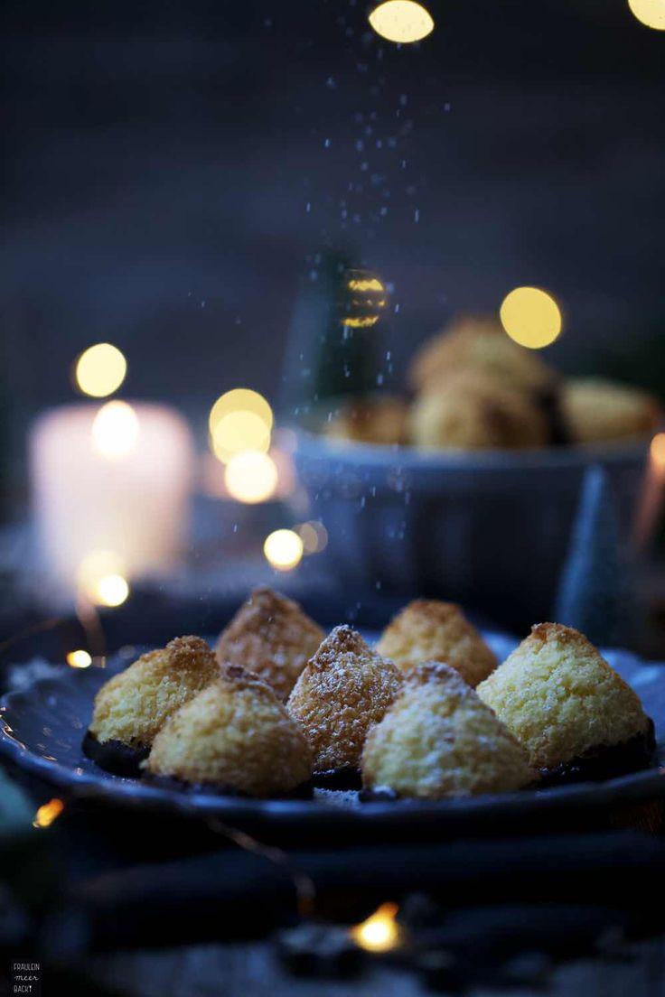 Saftige Kokosmakronen, die aus wenigen Zutaten zusammengerührt werden und schnell gebacken sind. | Fräulein Meer backt