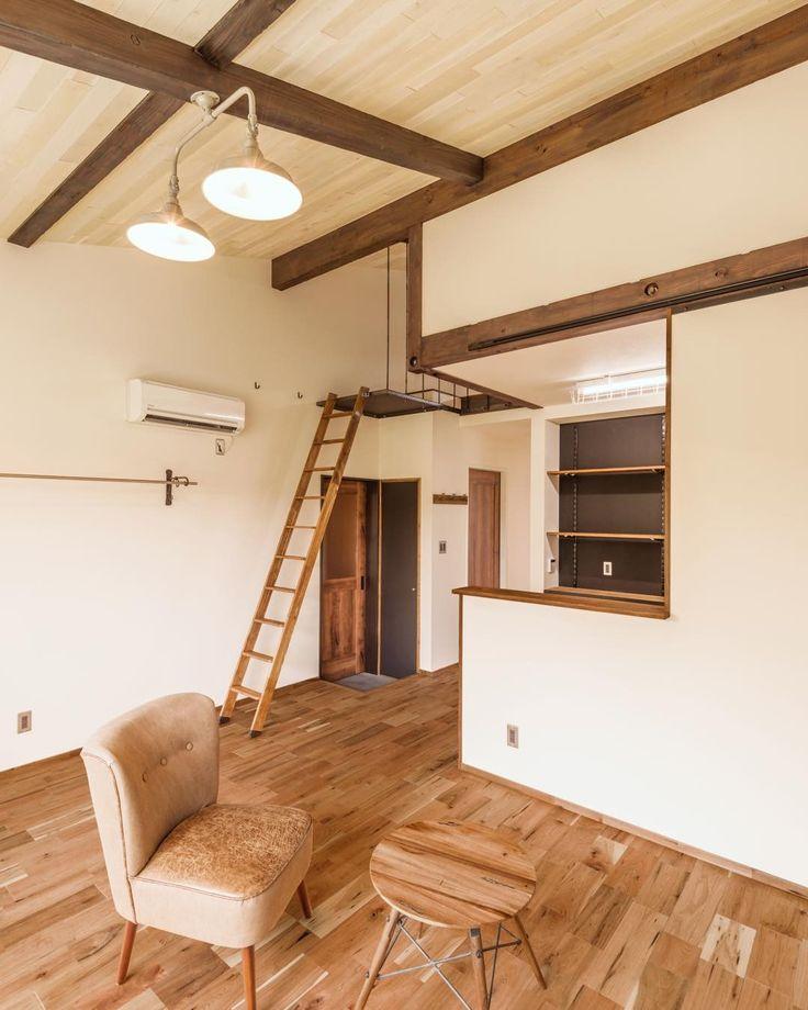 ガレージハウス施工物件です() 賃貸でこの空間いい感じです 天井材料もいい質感で仕上がってますねー 家具雑貨の配置をするとますます良くなりますね  #ガレージハウス #アメリカ #ニューヨーク #NY #ニューヨークスタイル #ヴィンテージ#ビンテージ #ブルックリン #ブルックリンスタイル #インダストリアル #インダストリアルスタイル #カリフォルニア #カリフォルニアスタイル #吹抜け #リビング # 空間デザイン #ロフト #階段 #化粧梁 #ペンダントライト #無垢フローリング #施工例 #マイホーム #賃貸 #かっこいい #かわいい #美容 #オーナー #不動産