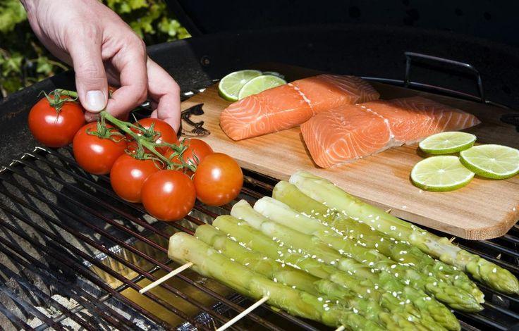 Tomaten, komkommer, olijfolie en een mixer. Wat krijg je dan? Gazpacho http://www.nrc.nl/koken/2015/07/30/de-wrap-dronken-worden-zonder-drank-en-gazpacho-van-watermeloen/…