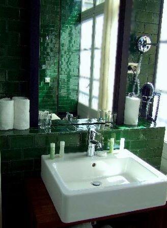 Nos encanta este baño con #azulejos #artesanales verde esmeralda.