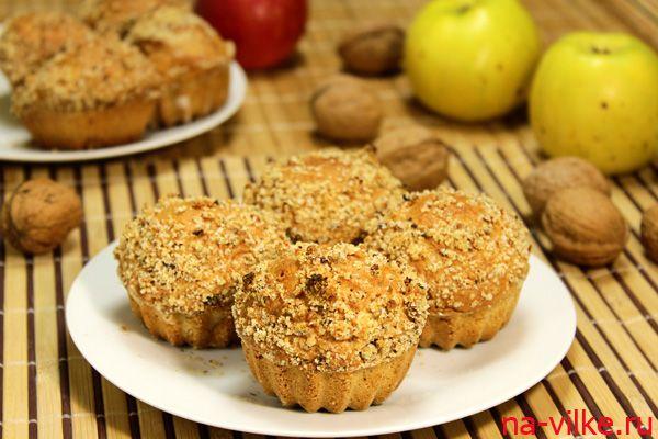Простые и вкусные маффины с добавлением яблока в тесто, посыпанные ореховым штрейзелем.