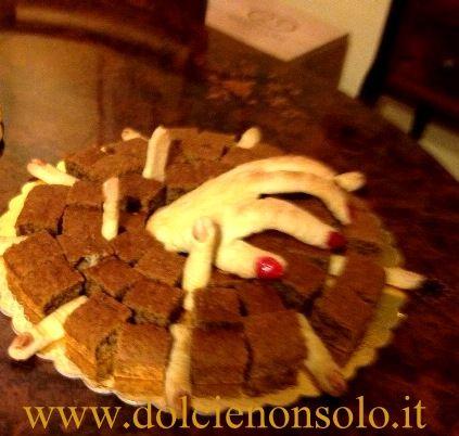 Mano da paura per halloween su una torta di zucca e noci...