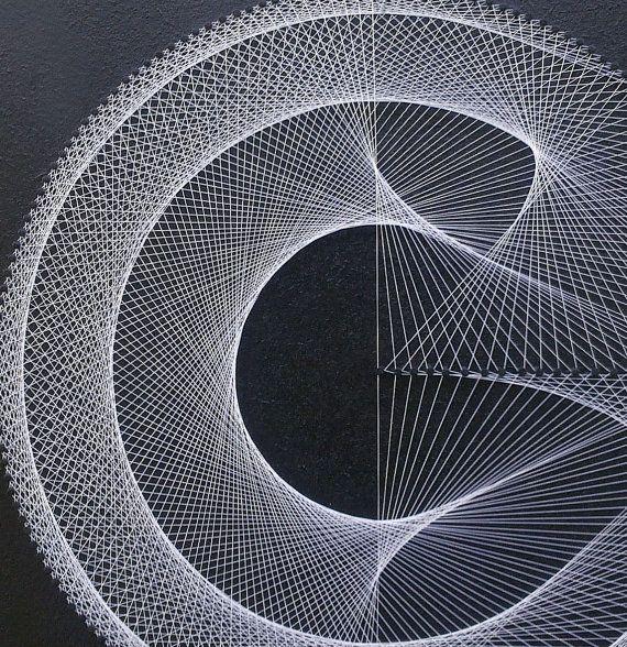 EXTRA FINE 3D STRING ART, AMBIENTAL geometria UV WALL ART per casa o in ufficio, fatto a mano per un regalo speciale, LOUNGE, ZEN, bohemien, meditazione; FENG SHUI (spedizione ovunque): ∞∞∞∞∞∞∞∞∞∞∞∞∞∞∞∞∞∞∞∞∞∞∞∞∞∞∞∞∞∞∞∞∞∞∞∞∞∞∞∞∞∞∞∞∞∞∞∞∞∞ . Nome: La cattura IN nero . Medium: 3D String Art a mano - nero con stringhe metallizzato, grigio chiaro o bianco . Dimensioni circa 12,6 x 12,6 pollici (32 x 32 cm) . Incorniciato, con dente di sega gancio, pronto ad appendere . Materiali: pannelli…