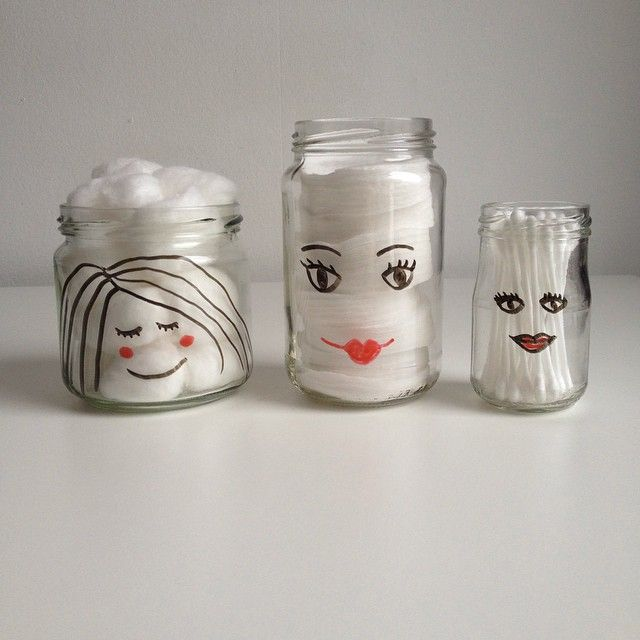 Lege glazen potjes met getekende gezichtjes er op, leuk voor in de badkamer voor wattenschijfjes, wattenbolletjes en wattenstaafjes!  Empty glass jars with cute faces drawn on them with sharpies. Nice to keep cotton balls, cotton pads and q-tips in.  http://www.kattebelle.com/cute-glazen-potjes/
