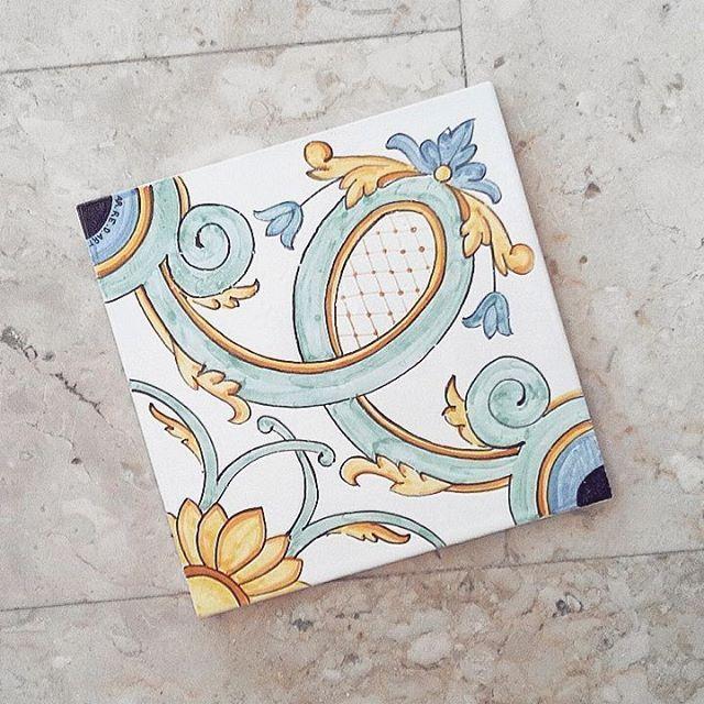 NEW! Piastrelle in ceramica dipinte a mano...da usare come sottopentola o da incorniciare e appendere!!! Per info: ar.re.d.art2@gmail.com #arredart #ceramica #ceramics #piastrelle #piastrella #mattonella #maiolica #maioliche #dipintoamano #handpainted #artigianato #artigianale #negozio #artigianatoitaliano #lovemyjob #pittura #tradizione #arte #statigram #instaart #shop #galatina  #creatoadarte #creatoadartepuglia #italianstories #igerspuglia