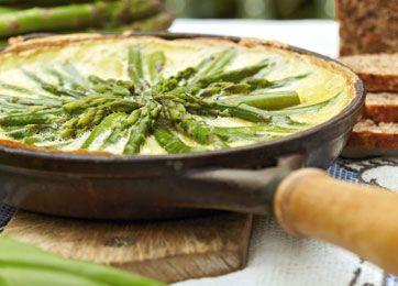Forrygende frokost, delikat krydret af ramsløg. Bladene ses nederst i billedet. Ramsløg findes i naturen og kan herudover købes hos velassorterede grønthandlere og supermarkeder.