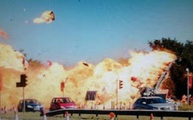 [VIDEO SHOCK] Aereo Militare Precipita in Inghilterra su Strada Nazionale Causando Diverse Vittime Un aereo militare si è schiantato su una strada nazionale durante una manifestazione aerea a Brighton, nel sud dell'Inghilterra. Ci sono almeno 7 morti. Il velivolo, un Hawker Hunter, caccia inglese  #incidente #aereo #inghilterra #morti #video