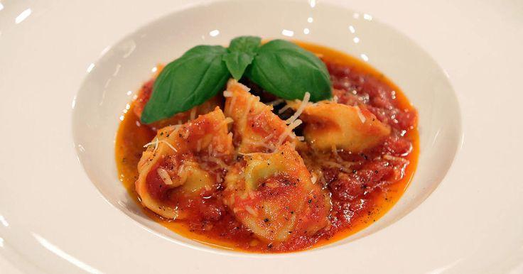 Deltagarna fick en tuff uppgift i Sveriges mästerkock - att laga Markus Aujalays tortellini! Tortellinin är fylld med ricotta, basilika och riven parmesan och serveras i en smakrik tomatsås.Bilden är på Gillis Thalbäcks tortellini.