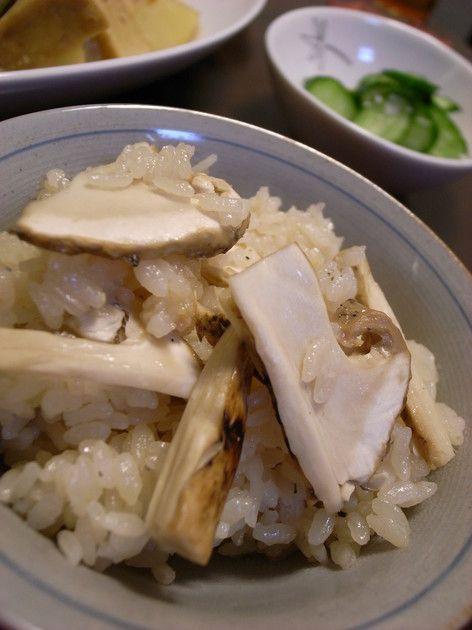 炊いてる時から良い匂いが~♪  食べる前から笑顔になっちゃう簡単シンプルな味付けの 松茸ごはんです(^0^)