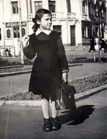 Сегодня, 1 сентября, давайте вспомним нашу старую школьную форму, в которой мы ходили в школу кто-то давно, а кто-то и не очень... Советская школьная форма,…