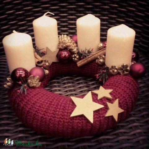 Ha szereted a megszokott hagyományos karácsonyi színkombinációt, akkor ezt a koszorút ajánlom Neked.  Kötött anyagba burkolt adventi koszorú, amit a karácsony igazi színeivel kombinálva arany és bordó díszekkel, termésekkel díszítettem.   A koszorú átmérője: 21 cm Gyertyák hossza: 6,5 cm.  Válassz hozzá egyet, ünnepi ajtódíszeim közül!  HASZNÁLATA: Az adventi koszorúkat ajánlott egy fém tálcán tárolni. Ügyelj rá, hogy könnyen gyúló dolgok ne legyenek a közelben. Soha ne hagyjuk őrizetlenül…