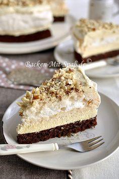 Leckere, süße Torte mit Schoko- Nuss- Boden, Baiser in der Mitte und mit einer süßen Halva- Puddingcreme. Wer Halva nicht...