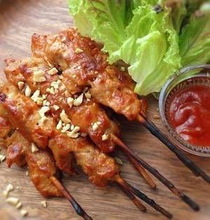 サテとはインドネシアやシンガポールなど東南アジア諸国で食べられる串焼き料理のことで、日本の焼き鳥と見た目がよく似ています。現地では甘めのピーナツソースで食べるのが定番ですが、今回は日本人でも食べやすくアレンジされたレシピを中心にまとめました。簡単に作れてリゾート気分を満喫できますよ♪ ■サテ・アヤム(鶏肉のサテ)  鶏もも肉のサテby HAIJIさん 30分~1時間 人数:4人 鶏肉を、ピーナッツ
