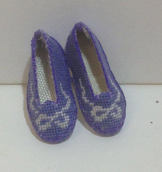 Mini pantofole in garza di seta ricamata a piccolo di MINIRICAMI