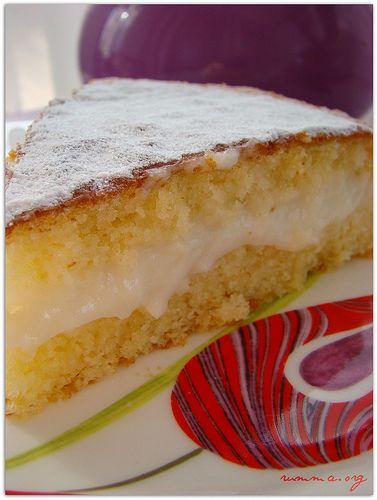 ……………….. Alman pastası bir ilk benim için, tarif olarak ilk denemem olsada ilk girişimim değil , birinci kekim ikiye bölünebilecek nitelikte olmadığı için kremasını kekin üzerine boca edip dilimleyerek servis yapmıştım. Aceleci davranıp fırının kapağını ilk 15 dakikada açınca güzeller güzeli kekim balon gibi sönüvermişti.. İkinci denemem gayet başarılıydı.  Kek için malzemeler : 3 …