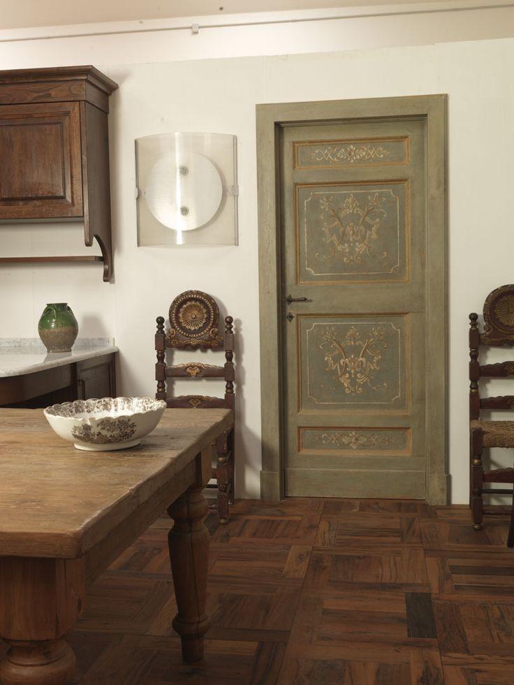 Riproduzione di una porta marchigiana degli inizi del '700 a 4 formelle, realizzata in legno di abete di patina.