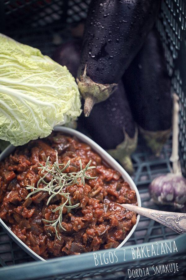 Bigos z bakłażana         Składniki:  1 cebula  1 por  3-4 bakłażany  pół niedużej kapusty pekińskiej  1 puszka pomidorów siekanych  1 mały słoiczek koncentratu pomidorowego  3 ząbki czosnku  oliwa  sól  pieprz  łyżeczka oregano  2 gałązki rozmarynu  szczypta cukru  2-3 łyżki gęstego octu balsamicznego