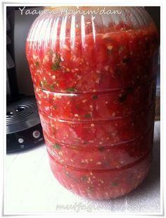 Yaaren Abla'dan nefis bir tursu tarifi :) ellerine saglık diyoruz. 1 kg. domates yarım kg. sivri biber 4-5 diş sarımsak 10-15 dal maydanoz 1 çay bardağı sirke 1.5 yemek kaşığı tuz 1 çay bardağı sıvı yağ Domatesi aci biberi maydonozu sarimsagi hepsini rondodan gecirip. Tuz,sirke,sivi yag katip agzini kapatiyorsun. Domatesleri cekerken cok fazla cekmemeye dikkat…