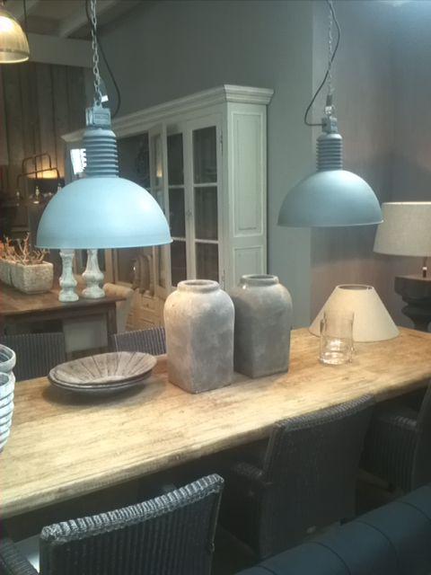 www.advieseninterieur.nl Schitterende lichtblauwe hanglampen