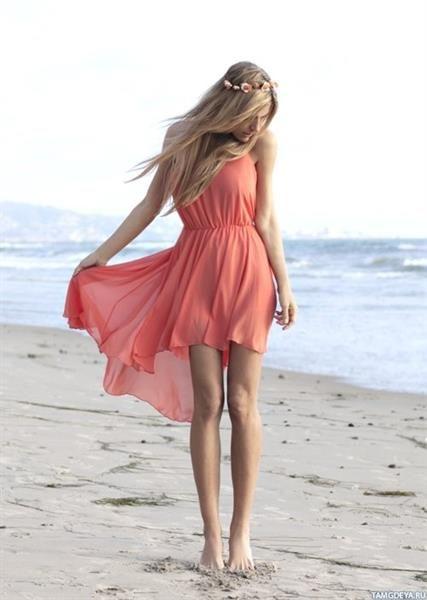 Девушка в платье на берегу моря