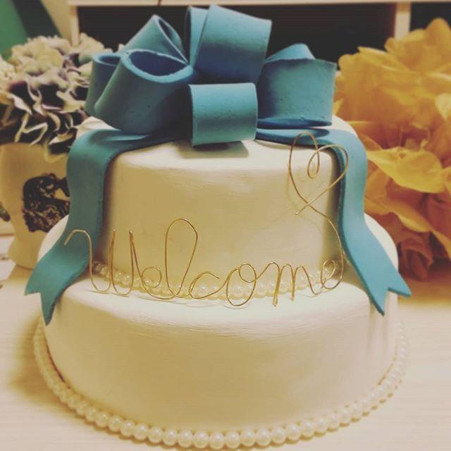 できたーーー!!!! 結構時間かかった!(笑)  クレイケーキです!  憧れのリボンケーキだったのです!o(^o^)o でもウェディングケーキはチョコレート味を希望してて、しかも値段の関係で二段には出来ず…(´;ω;`)ならば作ってしまおう!とゆうことになり頑張りましたー!(((o(♡´▽`♡)o))) welcomeの位置の調整とかはまだだけどリボンの色とか大好きな色だしうれしぃーーー!o(^o^)o✴✴ #プレ花嫁#ウェディングケーキ#クレイケーキ#リボンケーキ#手作り花嫁DIY#結婚式#ウェルカムスペース