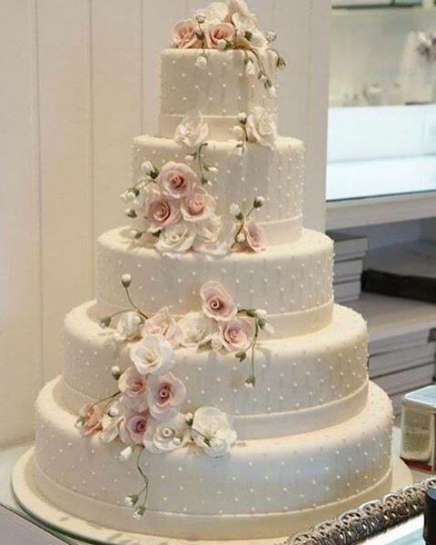Bolo lindo!!! Sem fugir do tradicional. #universodasnoivas #noiva #weddings…