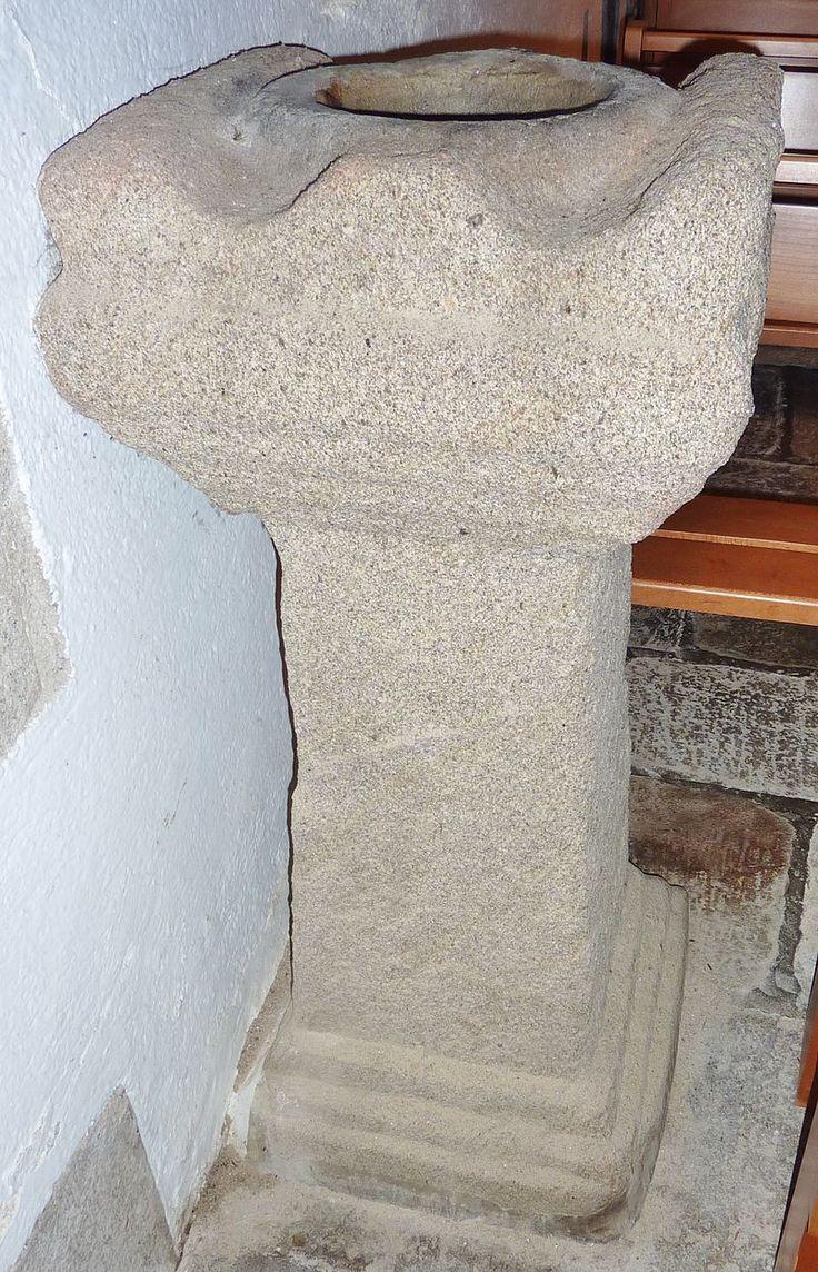 Gouesnach : église paroissiale Saint-Pierre, ancien autel païen gallo-romain reconverti en bénitier