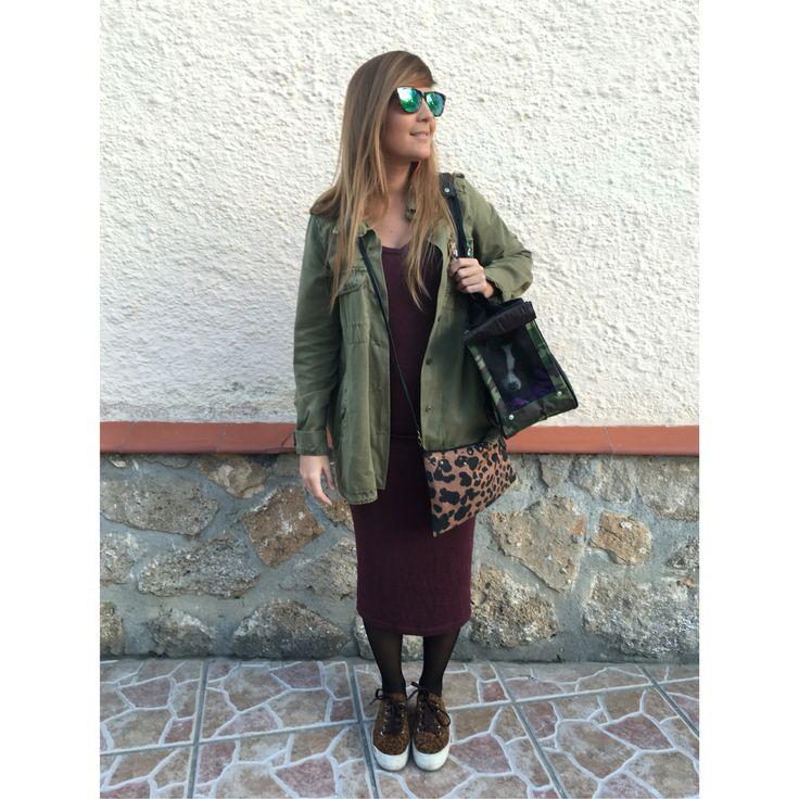 Vestido, zapatillas y sobrecamisa verde militar y Burdeos