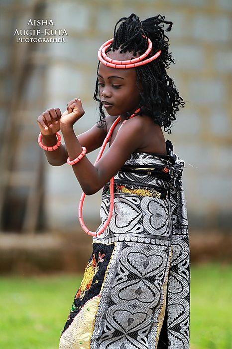 Traditional dress, Naija girl ~ Federal Republic of Nigeria, West Africa [photo by Aisha Augie-Kuta, Nigeria]....