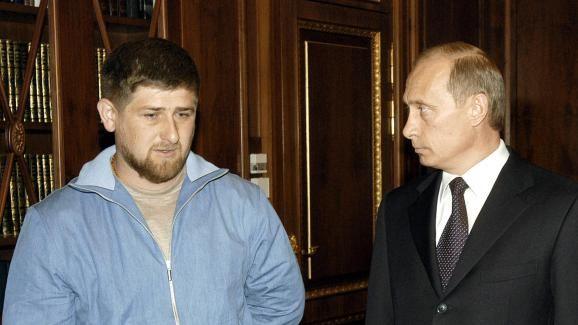 Ramzan Kadyrov rencontre le président russe Vladimir Poutine au Kremlin, le 9 mai 2004 à Moscou, quelques heures après la mort de son père dans un attentat.   VLADIMIR RODIONOV / AFP