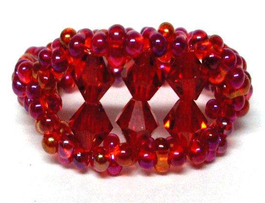 Anillo abalorios con cuentas fluorescentes rojas y 6 cristales de swarovski rojos de 5mm en una cuerda elástica, la  los granos tienen diferentes colores en la luz.  El tamaño del anillo es 81/2 y se puede estirar a un tamaño de 10.   ESTE ANILLO ES UN ORIGINAL DE RITASPECIALTOUCH  ♥♥♥♥♥♥♥♥♥♥♥♥♥♥♥♥♥♥♥♥♥♥♥♥♥♥♥♥♥♥♥♥♥♥♥♥♥♥♥ Para más diseños gran entrar en mi tienda aquí RITASPECIALTOUCH.Etsy.Com ♥♥♥♥♥♥♥♥♥♥♥♥♥♥♥♥♥♥♥♥♥♥♥♥♥♥♥♥♥♥♥♥♥♥♥♥♥♥♥♥