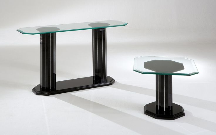 The modern coffee table Octagon comes with octagonal pillars of acrylic and a table top made ​​of crystal glass.