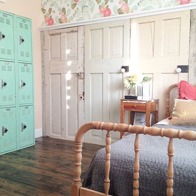 This room! The closet doors, that wallpaper, the Jenny Lind bed aaand those turquoise lockers have us all , am I right?!