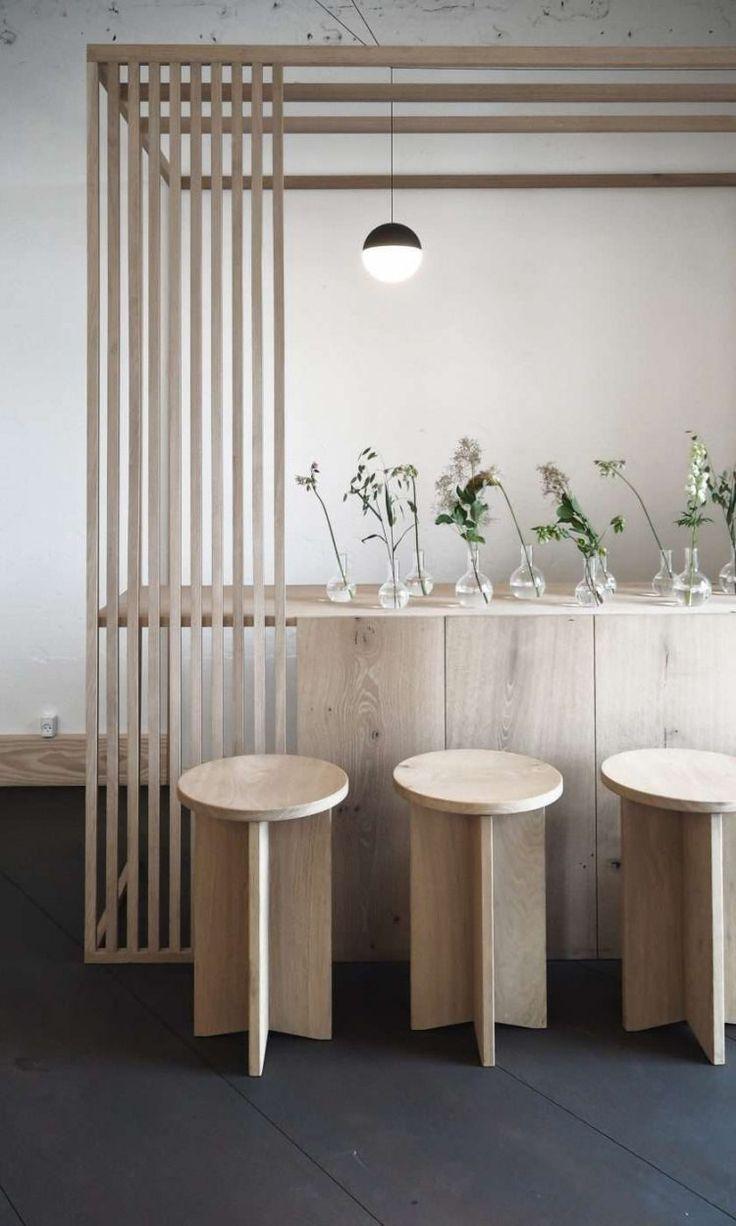 tendance japandi style scandinave japonais bar cuisine ouverte bois vase transparent idee composition florale fleurs bouquets #decoration #decor #japandi #minimalist #cosy #hygge #home #homedecor #inspiration