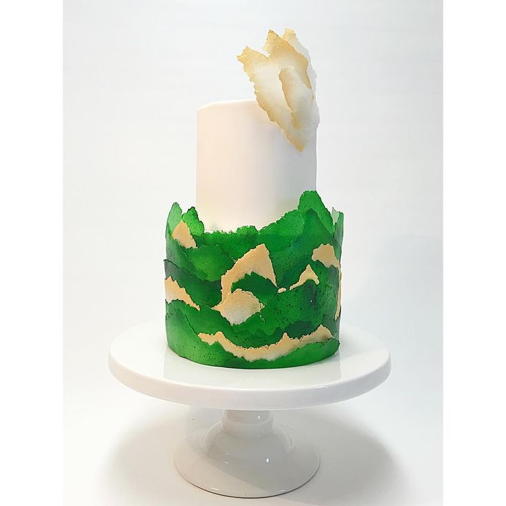 I väntan på finalen av #detstoratårtslaget som inte är nu på torsdag utan 19/5 kl 21 på @sjuan så bjuder jag på en tårta. Den här tårtan är klädd i #waferpaper eller #ricepaper som jag airbrushat och sedan fäst lager på lager. Har jobbat väldigt lite med waferpaper men älskar materialet! Hoppas ni gillar den!  This cake is made with waferpaper that I airbrushed and layered on the cake. I Love waferpaper! #tårta#tårtdekoration #tårtkonst #sockerkonst #cake#cakeart #cakedecorating…