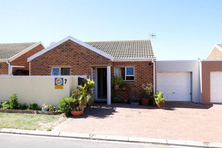 Close to Cape Gate,  cosy with braai room2 Bedrooms with built in cupboards,  bathroom,  Open Plan Lounge and Kitchen,  extra room or tv room,  Braai room,  Single garageContact me Marietjie Geldenhuys0843333244