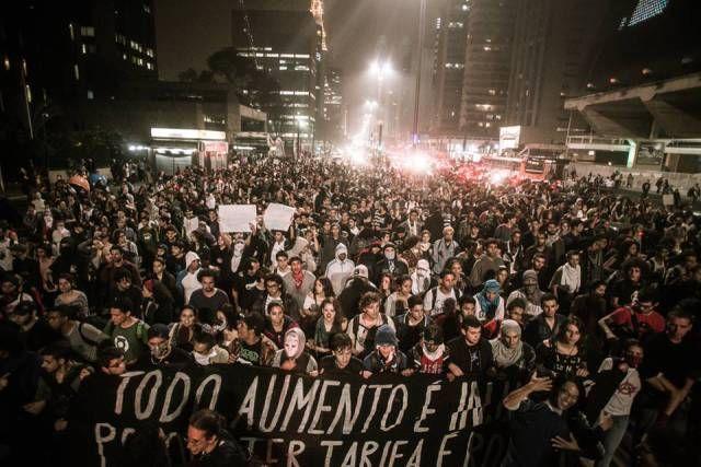 Hornalismo B Os protestos pelo Brasil e o papel da mídia alternativa 18 jun 2013por Alexandre Haubrich Com o tamanho e a complexidade que tomaram os protestos contra o aumento das passagens, dificulta-se o trabalho de cobertura e, mais do que isso, de compreensão e análise do que está acontecendo e de todas as variáveis agora envolvidas. As manifestações se nacionalizaram, mais de trezentas mil pessoas foram às ruas na última segunda-feira, e a violência policial ganhou o acréscimo da..