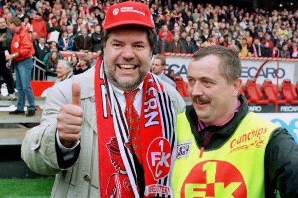 1998 feierte Kurt Beck (l.) mit einem Ordner den überraschenden Meistertitel des 1.FC Kaiserslautern. Foto: dpa.