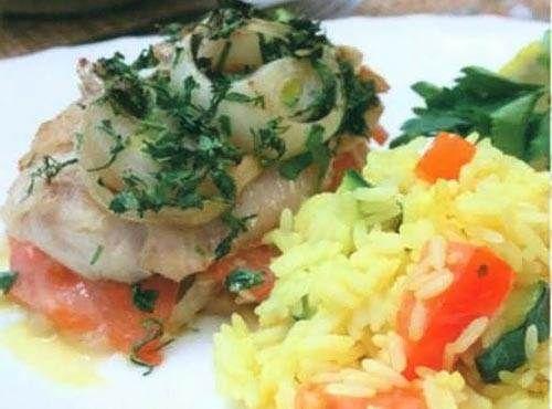 Морской окунь по-гречески Греческая кухня не зря считается одной из самых полезных в мире. Высококачественный сыр, натуральный йогурт, свежая вкусная рыба и много-много оливкового масла – все это есть на столе у греческого народа. Благодаря своей еде, они живут долгую здоровую жизнь.