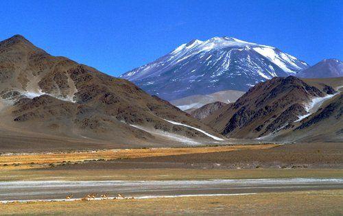 Volcán Ojos del Salado -(Tinogasta) Catamarca. Con sus 6.891 m de altura, es el volcán más alto del mundo y la segunda cima más alta del Hemisferio Occidental y del Hemisferio Sur, siendo superado por el Cerro Aconcagua (6.962 m), ubicado 550 km al sur en Argentina.