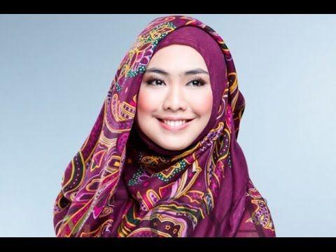 Cara Memakai Jilbab Segi Empat Ala Oki Setiana Dewi