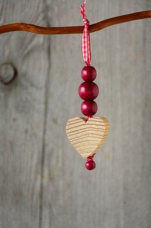 Rövid madzag faszívvel, a festetlen fa szívecske illóolajjal vagy tér parfümmel becsepegtetve  csodás illattal tölti be a teret.